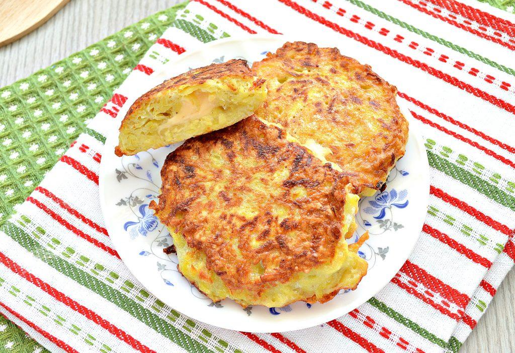Фото рецепта - Картофельные котлеты с сырной начинкой (драники) - шаг 8