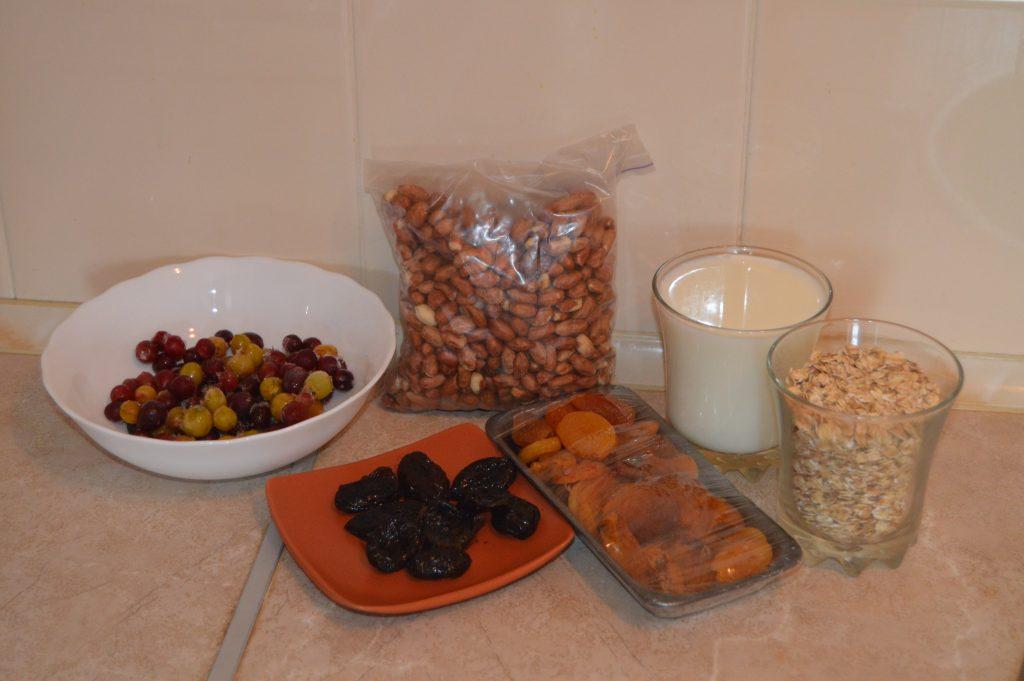 Фото рецепта - Быстрый и полезный завтрак: овсянка с крыжовником, арахисом и сухофруктами - шаг 1