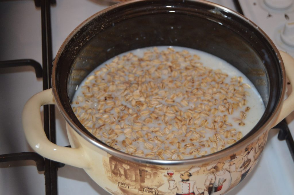 Фото рецепта - Быстрый и полезный завтрак: овсянка с крыжовником, арахисом и сухофруктами - шаг 3