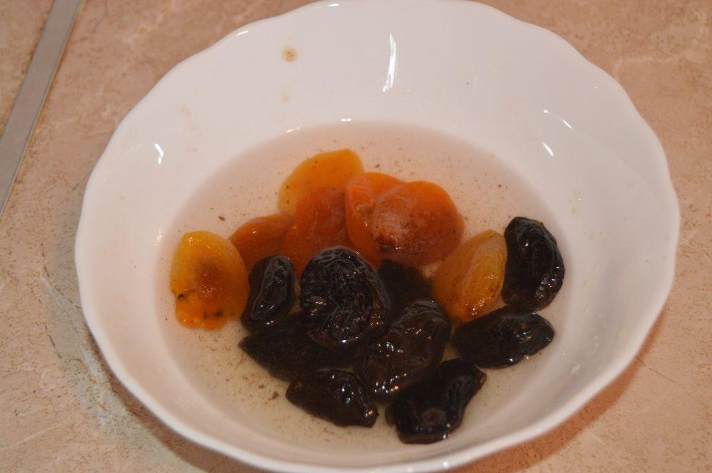 Фото рецепта - Быстрый и полезный завтрак: овсянка с крыжовником, арахисом и сухофруктами - шаг 4