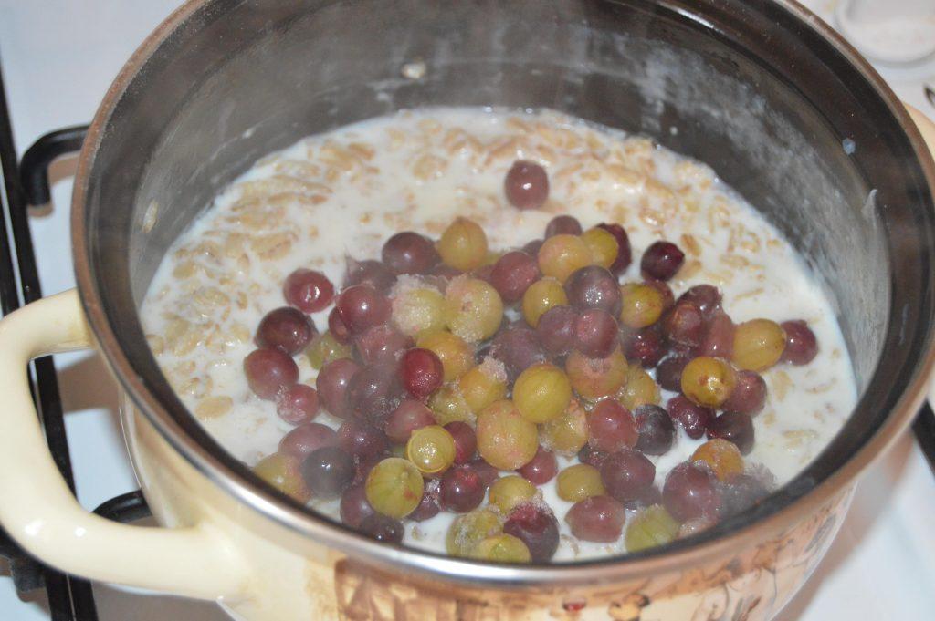 Фото рецепта - Быстрый и полезный завтрак: овсянка с крыжовником, арахисом и сухофруктами - шаг 7