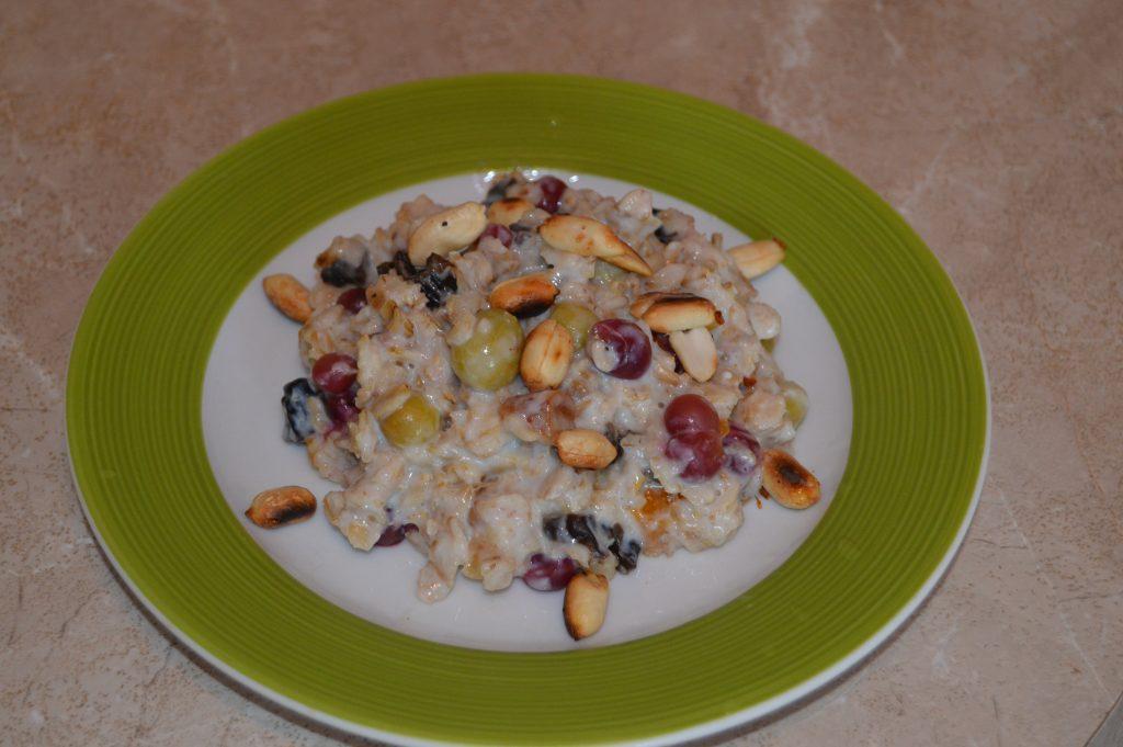 Фото рецепта - Быстрый и полезный завтрак: овсянка с крыжовником, арахисом и сухофруктами - шаг 8