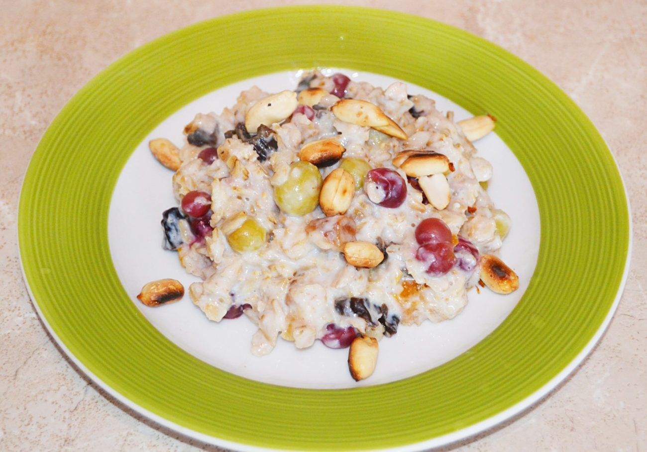 Быстрый и полезный завтрак: овсянка с крыжовником, арахисом и сухофруктами
