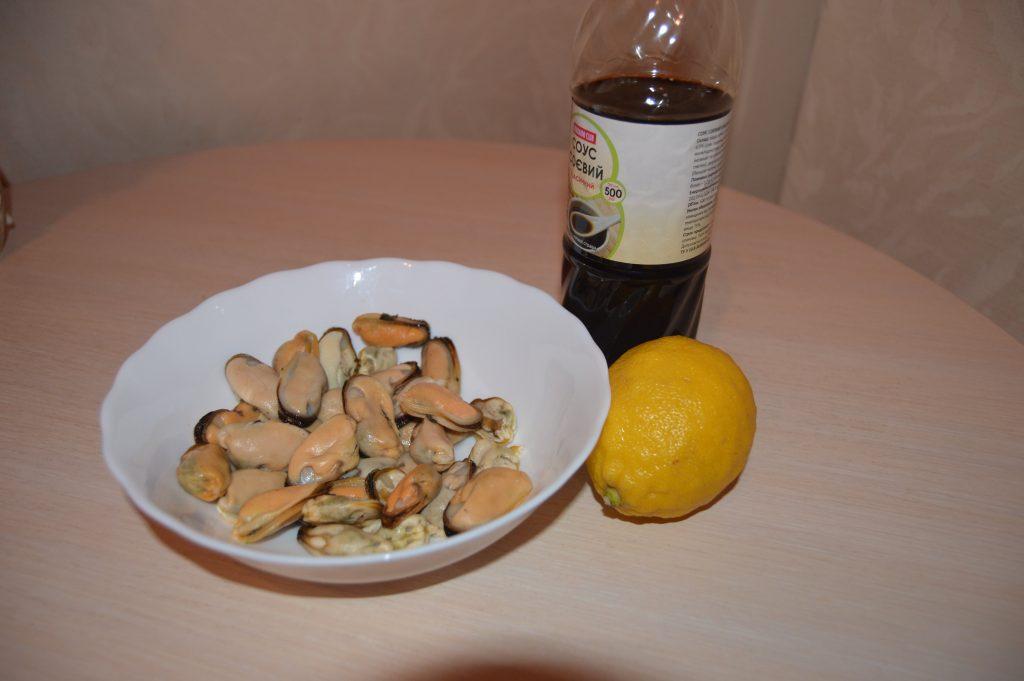 Фото рецепта - Мидии обжаренные в лимонно-соевом соусе - шаг 1
