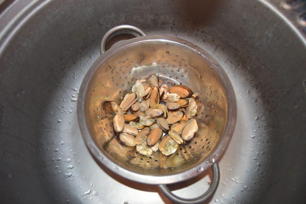 Фото рецепта - Мидии обжаренные в лимонно-соевом соусе - шаг 2