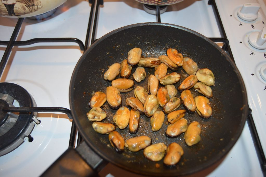 Фото рецепта - Мидии обжаренные в лимонно-соевом соусе - шаг 6