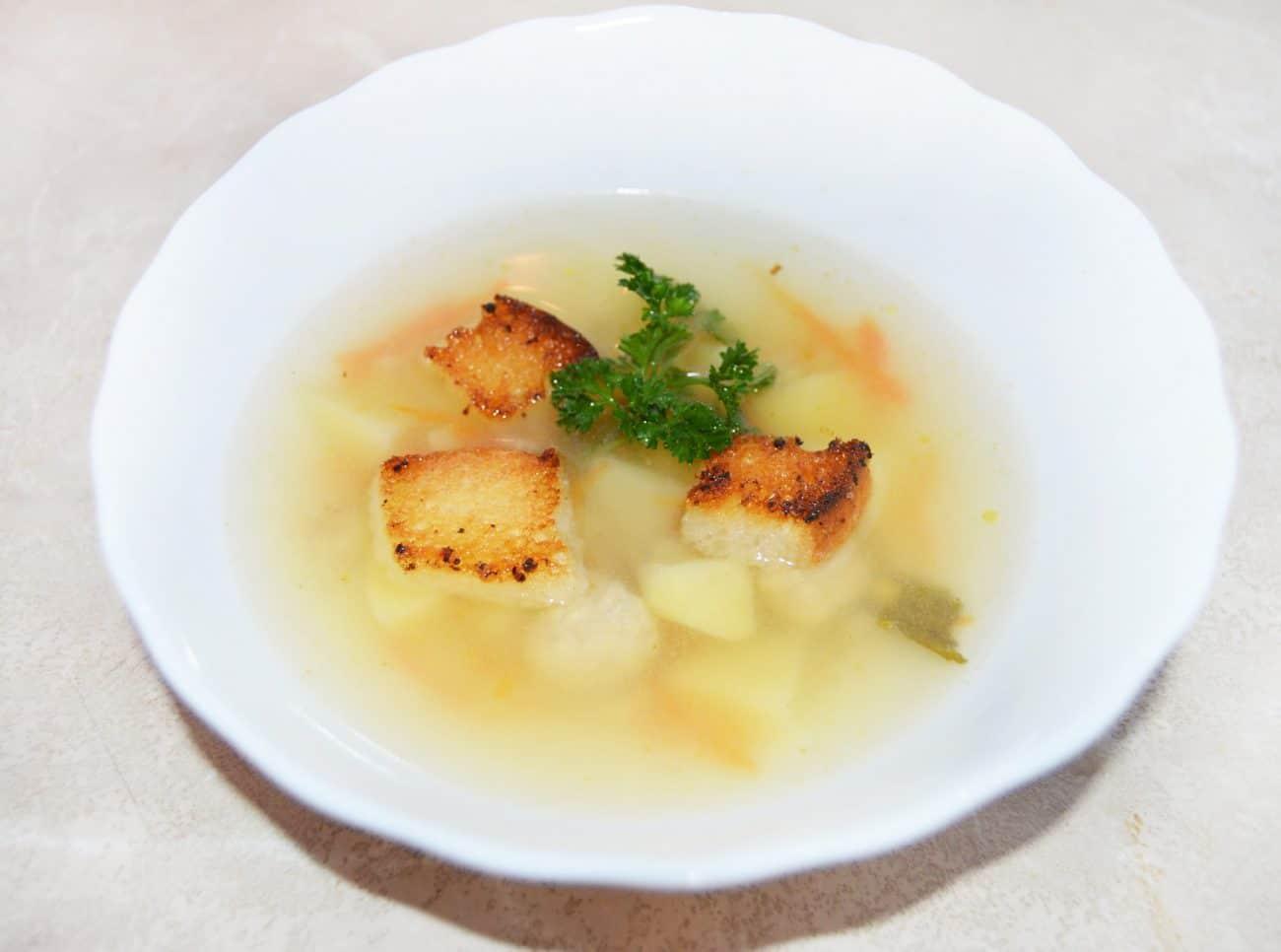Вкуснейший суп с куриными фрикадельками, картофелем и сухариками