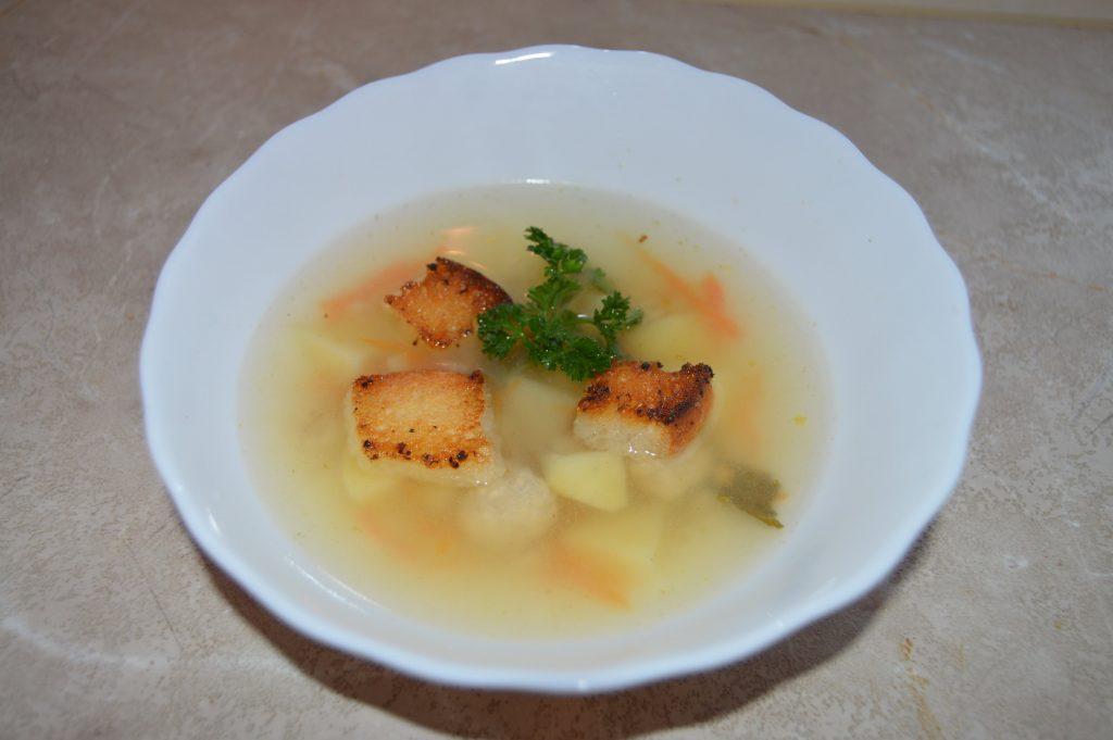 Фото рецепта - Вкуснейший суп с куриными фрикадельками, картофелем и сухариками - шаг 7