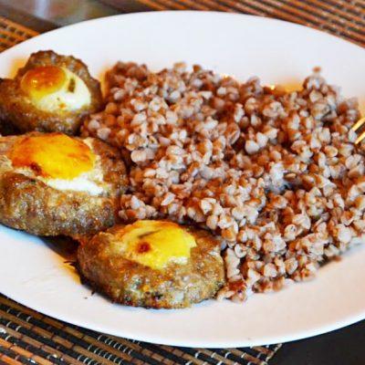 Запеченные мясные гнезда с яйцом (котлеты) - рецепт с фото