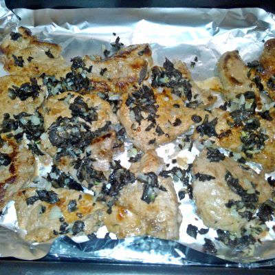 Фото рецепта - Свинина с грибами, запеченная в маринаде под сливочным соусом - шаг 3