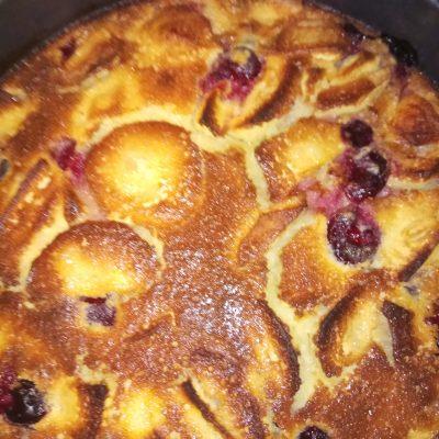 Манник на кефире с яблоками и вишней - рецепт с фото