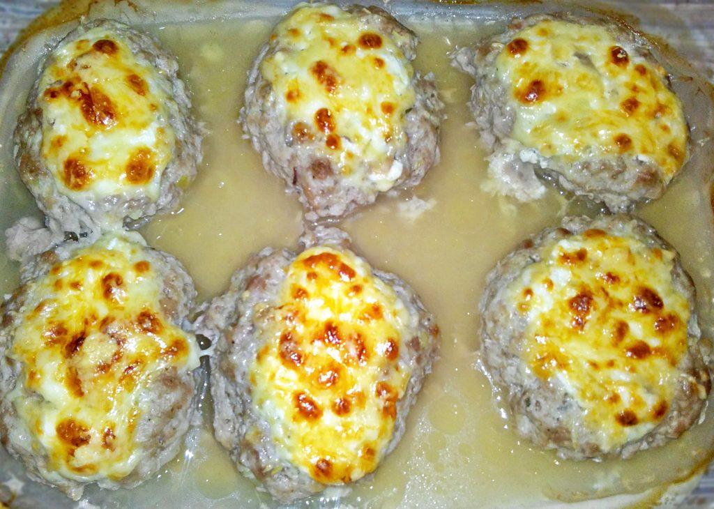 Фото рецепта - Сочные мясные котлеты в духовке под сыром - шаг 5