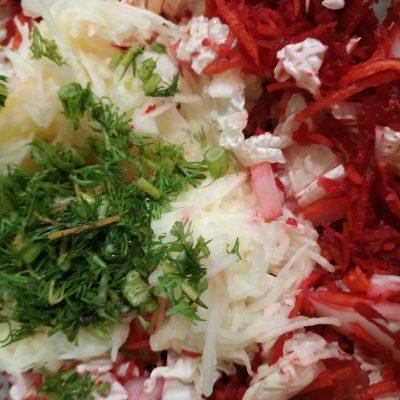 "Фото рецепта - Салат ""Щётка"" из свеклы, моркови, яблока и капустки - шаг 3"