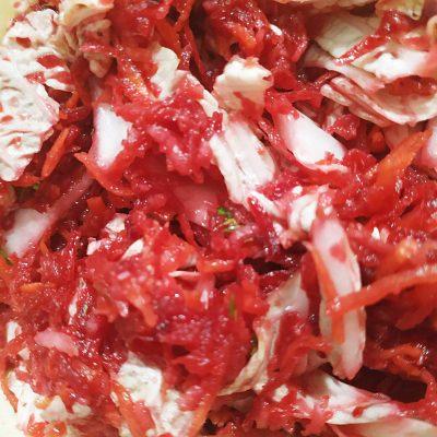 """Салат """"Щётка"""" из свеклы, моркови, яблока и капустки - рецепт с фото"""