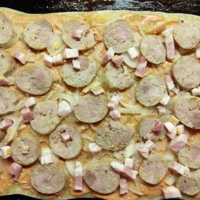 Фото рецепта - Пицца с домашней колбасой, беконом и маринованными черри - шаг 8