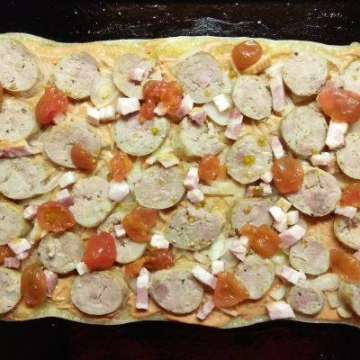 Фото рецепта - Пицца с домашней колбасой, беконом и маринованными черри - шаг 9