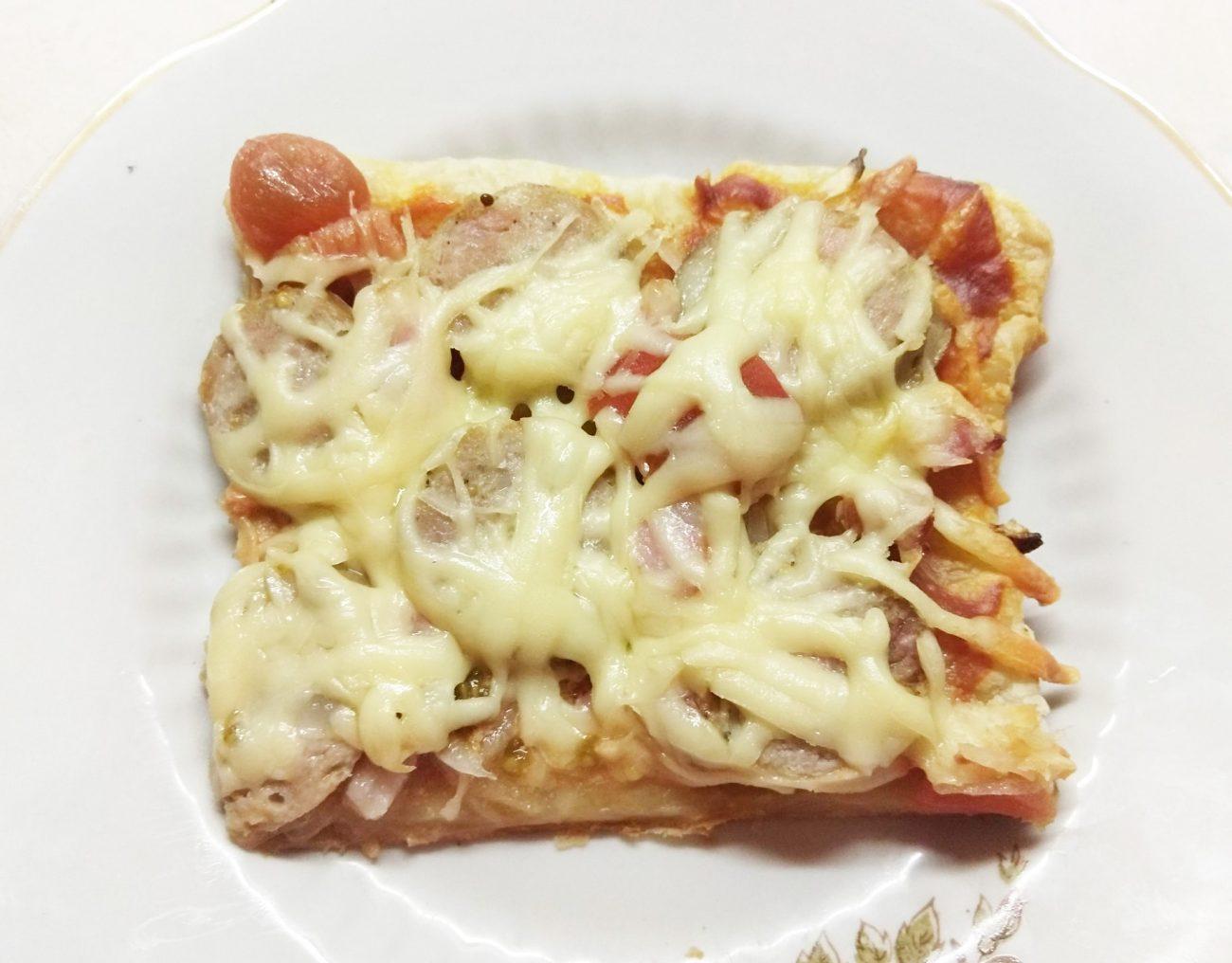 Пицца с домашней колбасой, беконом и маринованными черри