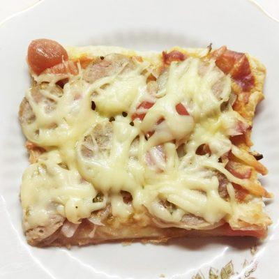 Пицца с домашней колбасой, беконом и маринованными черри - рецепт с фото