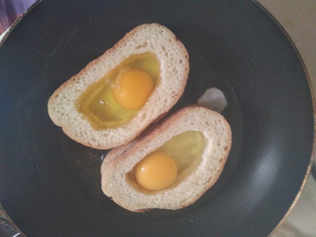 Фото рецепта - Гренки с яйцом на завтрак - шаг 3