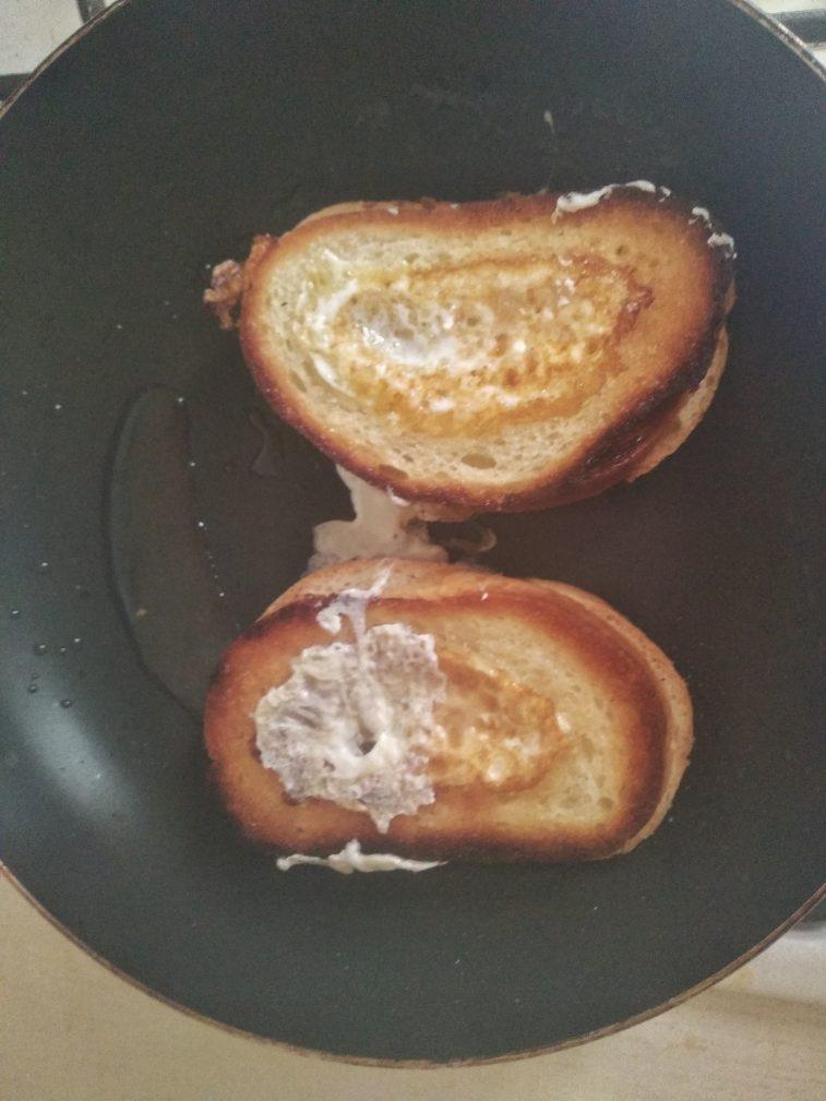 Фото рецепта - Гренки с яйцом на завтрак - шаг 4