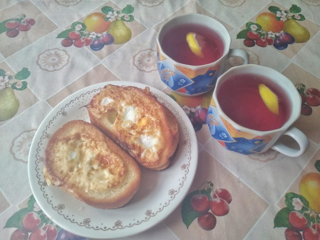 Фото рецепта - Гренки с яйцом на завтрак - шаг 5