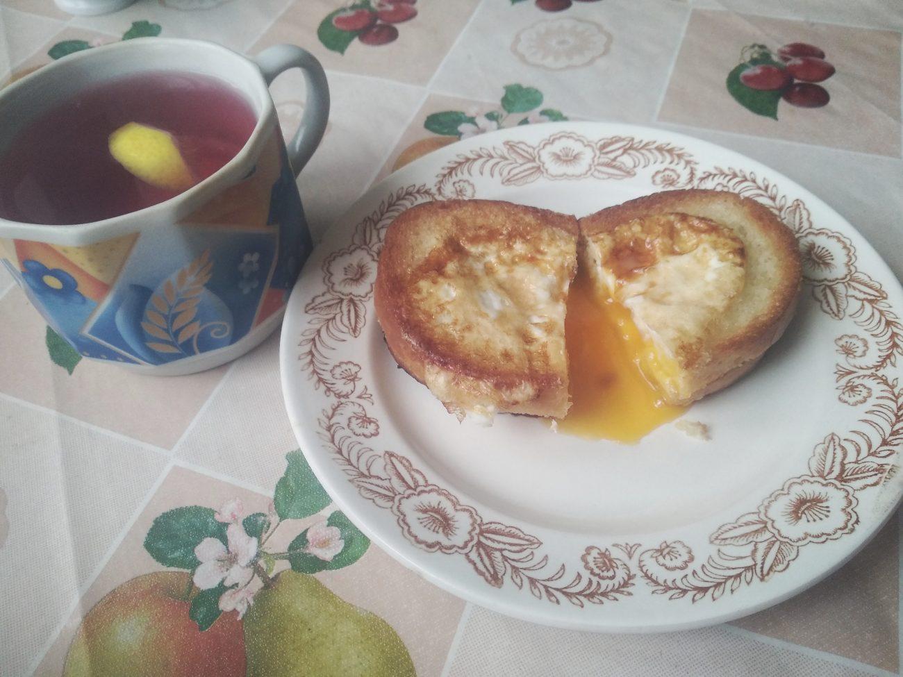 Гренки с яйцом на завтрак