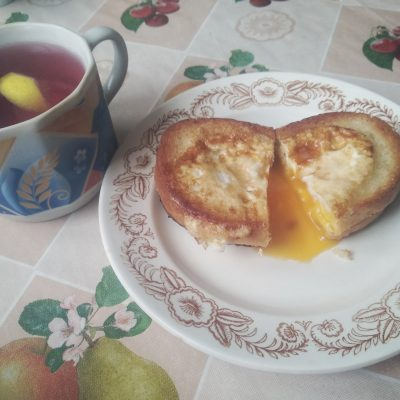 Гренки с яйцом на завтрак - рецепт с фото