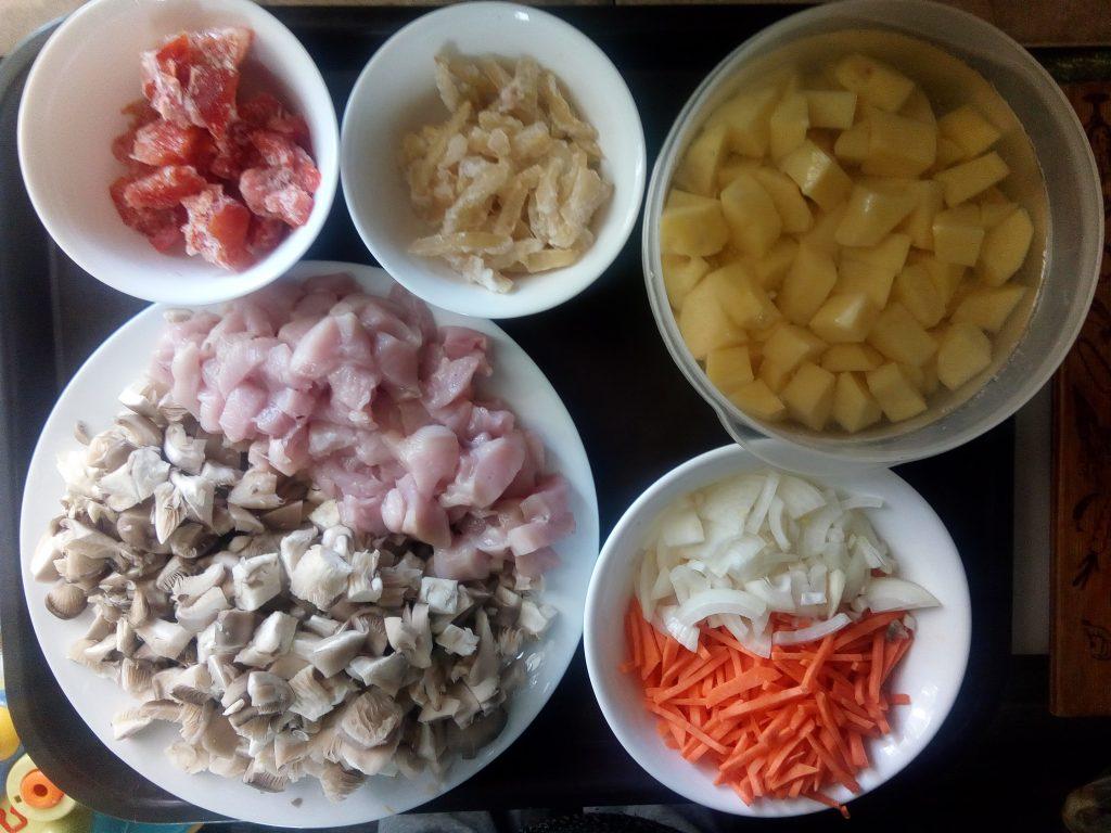 Фото рецепта - Картофель тушёный с курицей и вешенками - шаг 2