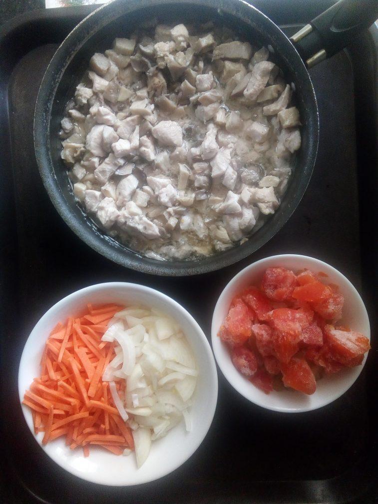 Фото рецепта - Картофель тушёный с курицей и вешенками - шаг 3