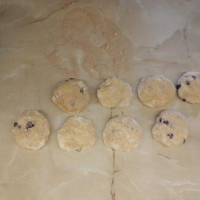 Фото рецепта - Сырники из гречневой муки со смородиной - шаг 4