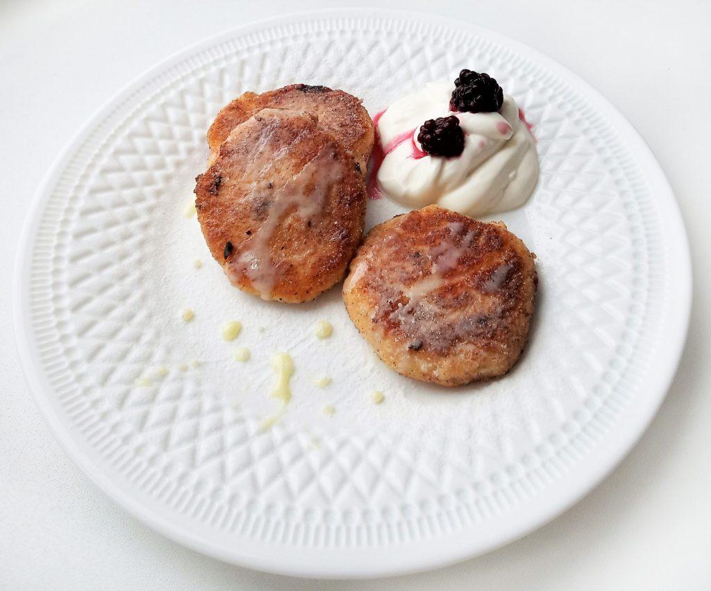 Фото рецепта - Сырники из гречневой муки со смородиной - шаг 6