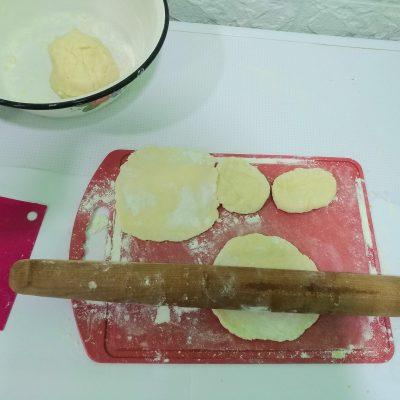 Фото рецепта - Вкусные пирожки на кефире с картошкой - шаг 3