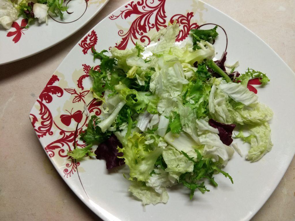 Фото рецепта - Салат с копченной грудинкой и персиками под смородиновым соусом - шаг 1