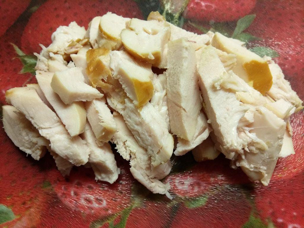 Фото рецепта - Салат с копченной грудинкой и персиками под смородиновым соусом - шаг 2