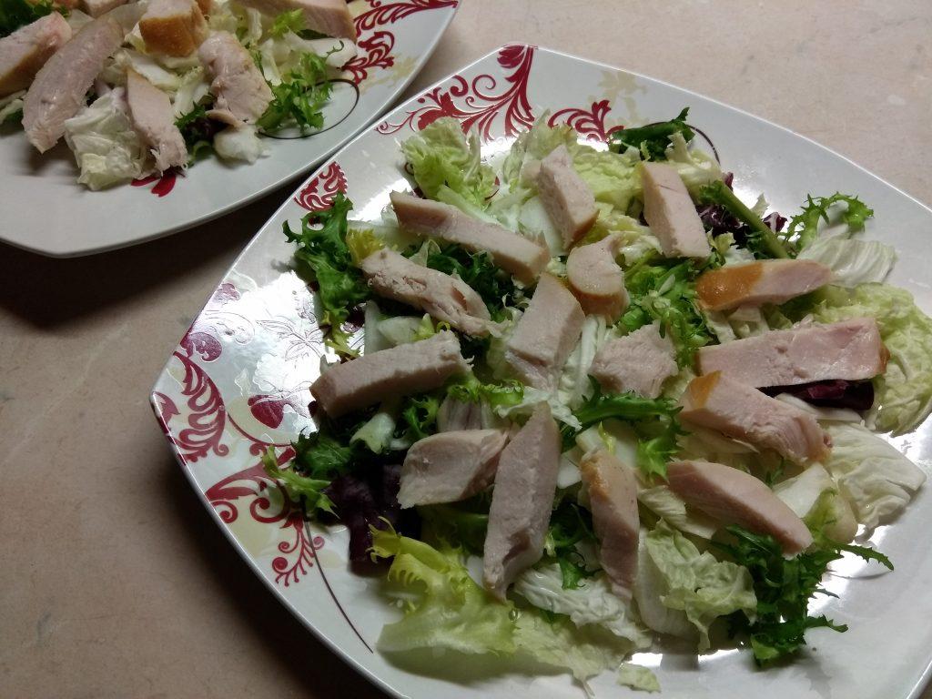 Фото рецепта - Салат с копченной грудинкой и персиками под смородиновым соусом - шаг 5