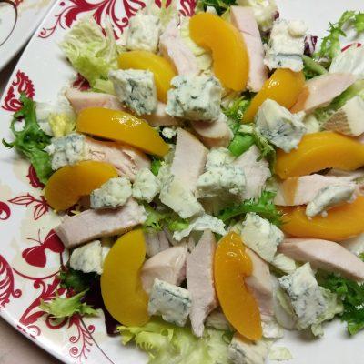 Фото рецепта - Салат с копченной грудинкой и персиками под смородиновым соусом - шаг 6