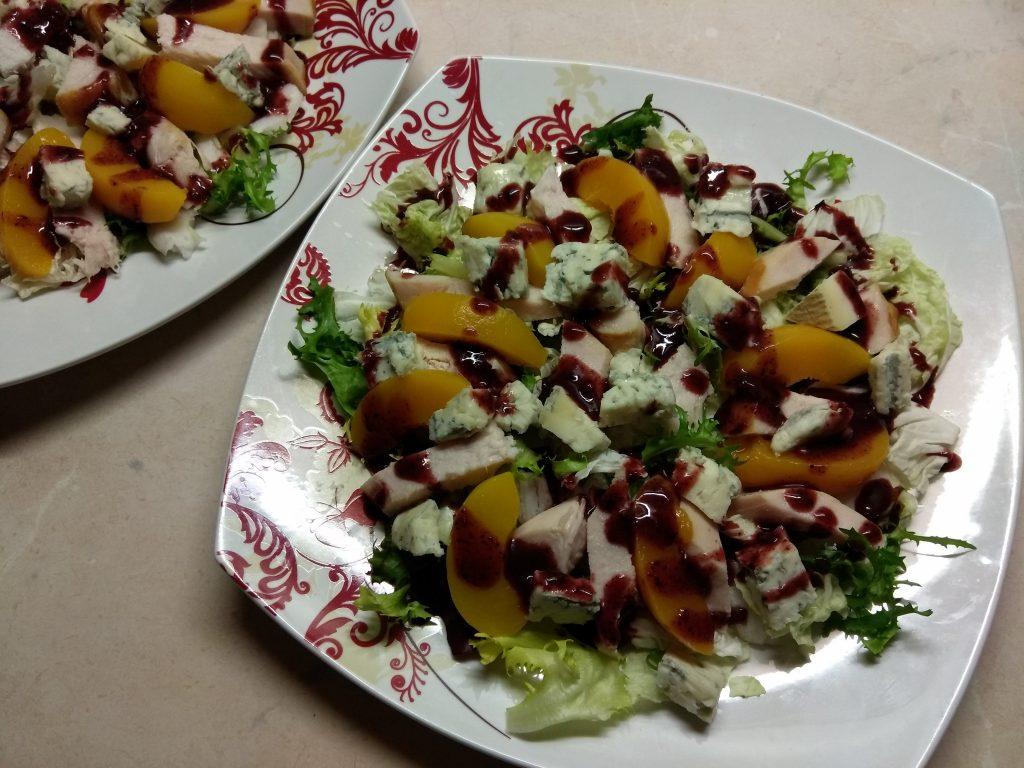 Фото рецепта - Салат с копченной грудинкой и персиками под смородиновым соусом - шаг 7