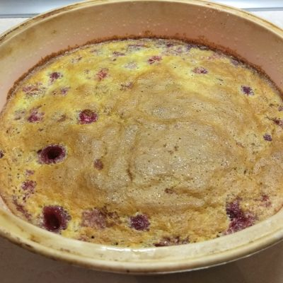 Фото рецепта - Клафутти с малиной – заливной пирог на молоке - шаг 5