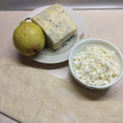 Фото рецепта - Пирог на слоенном тесте с голубым сыром, творогом и грушей - шаг 1