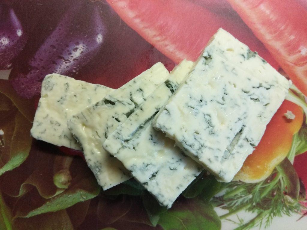 Фото рецепта - Пирог на слоенном тесте с голубым сыром, творогом и грушей - шаг 4