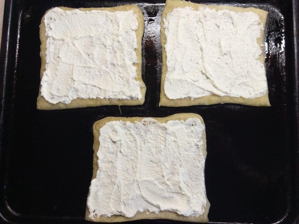 Фото рецепта - Пирог на слоенном тесте с голубым сыром, творогом и грушей - шаг 5