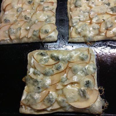 Фото рецепта - Пирог на слоенном тесте с голубым сыром, творогом и грушей - шаг 8