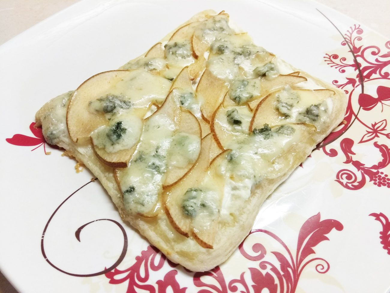 Пирог на слоенном тесте с голубым сыром, творогом и грушей