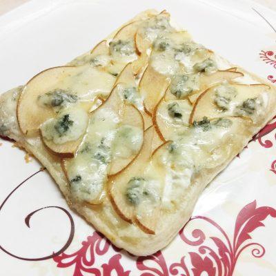 Пирог на слоенном тесте с голубым сыром, творогом и грушей - рецепт с фото