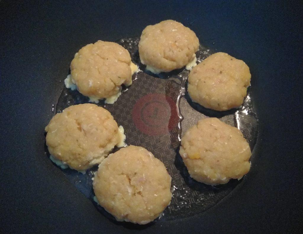 Фото рецепта - Рыбные котлеты с куркумой, чабром и кориандром - шаг 4