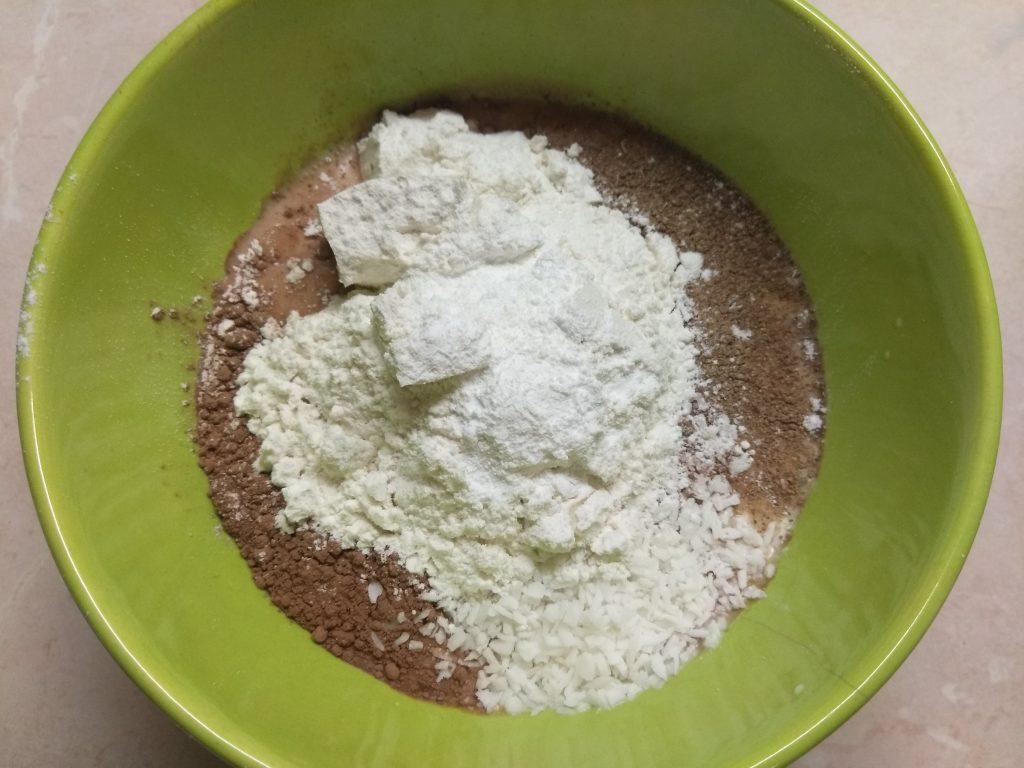 Фото рецепта - Кекс в кружке с какао и кокосовой стружкой (на молоке) - шаг 3