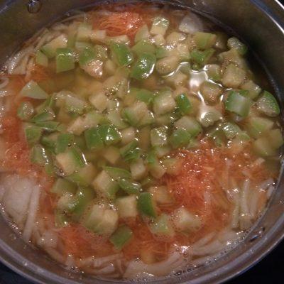 Фото рецепта - Суп с нутом, кабачками и сардельками - шаг 4