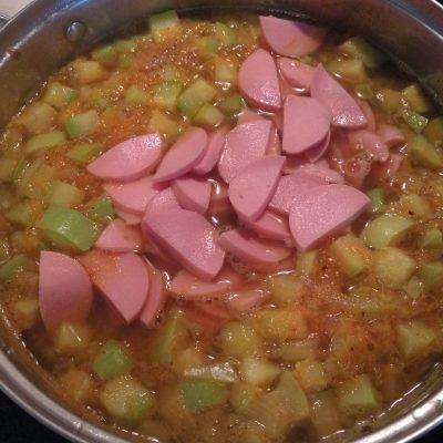 Фото рецепта - Суп с нутом, кабачками и сардельками - шаг 5