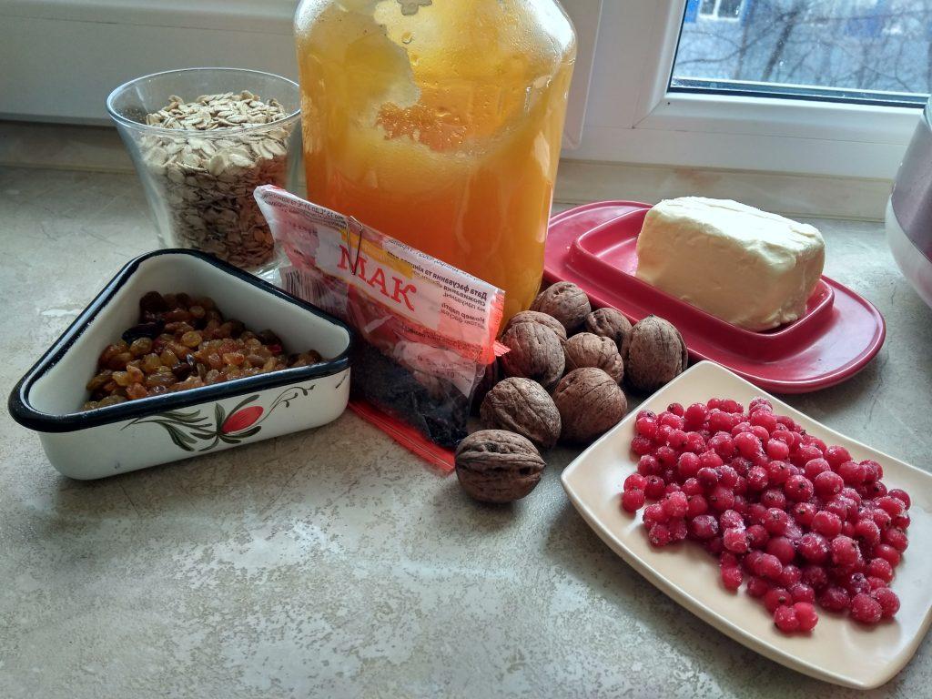 Фото рецепта - Сладкая овсянка с ягодами, изюмом, орехами и медовой заливкой - шаг 1