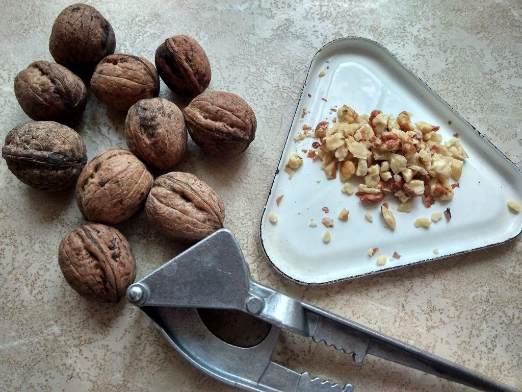 Фото рецепта - Сладкая овсянка с ягодами, изюмом, орехами и медовой заливкой - шаг 3